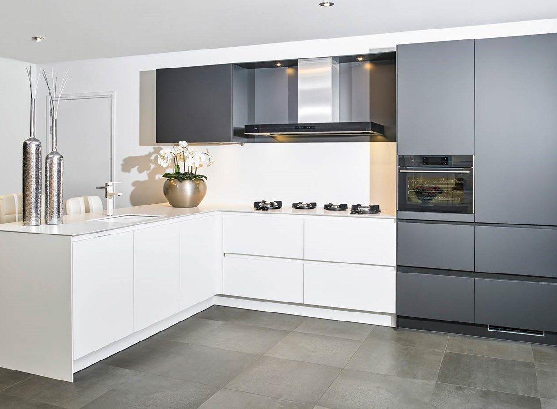 Moderne Keuken Kleuren : Moderne keuken in hoekopstelling met greeploos front. uitgevoerd in