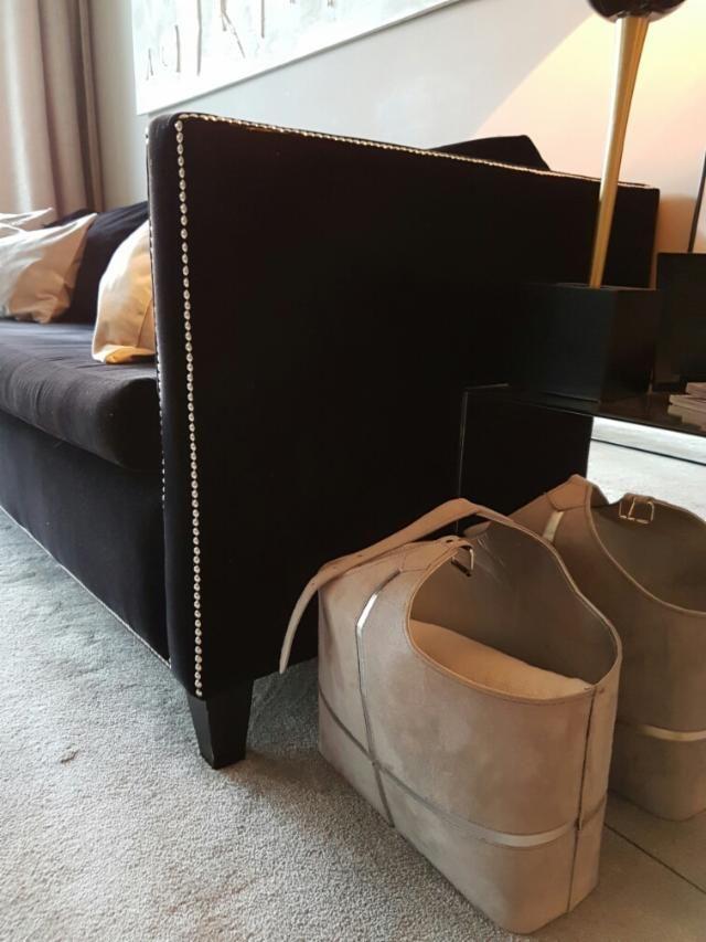bajada precio sof de diseo de terciopelo negro y tachuelas color plata 101045666 - Sofas Negros