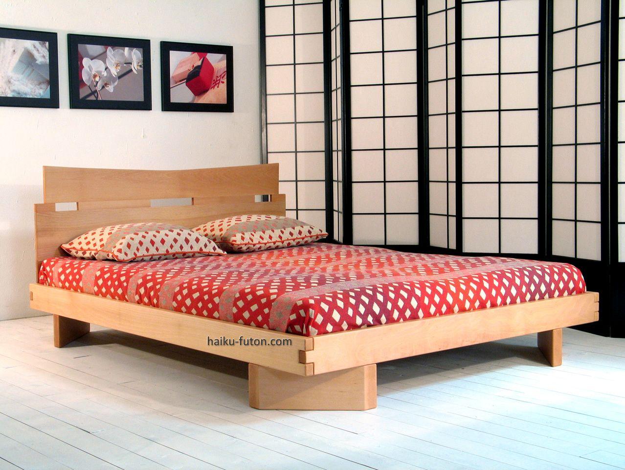 La estructura de la cama de madera Mikado está completamente ...