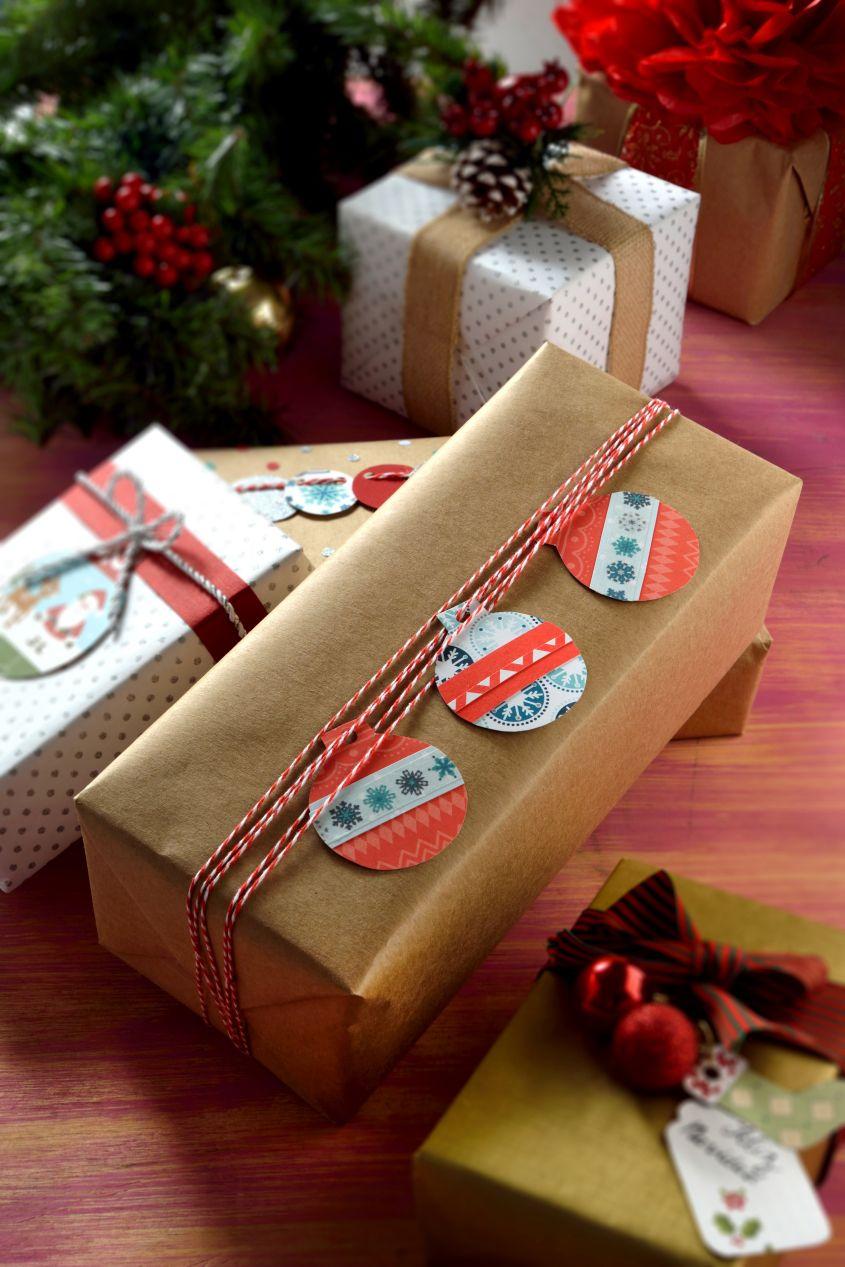 C mo decorar regalos con esferas familiar tradicional y - Ideas para envolver regalos navidenos ...