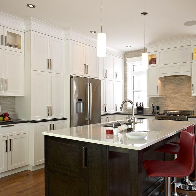 Cuisine Transitionnel Avec Armoires De Bois De Merisier Et Comptoir De Quartz Types Of Kitchen Countertops Kitchen Colors Kitchen Remodel