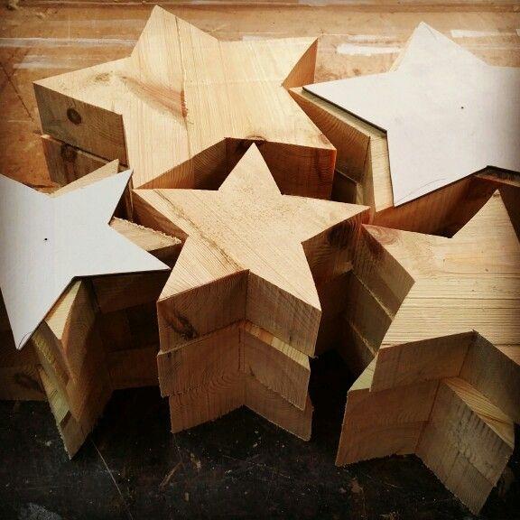 Hemos realizado en el taller unas Estrellas de madera para la tienda. A ver que os parece.  www.mfita.com #mfita #decoración #creatividad #taller #navidad