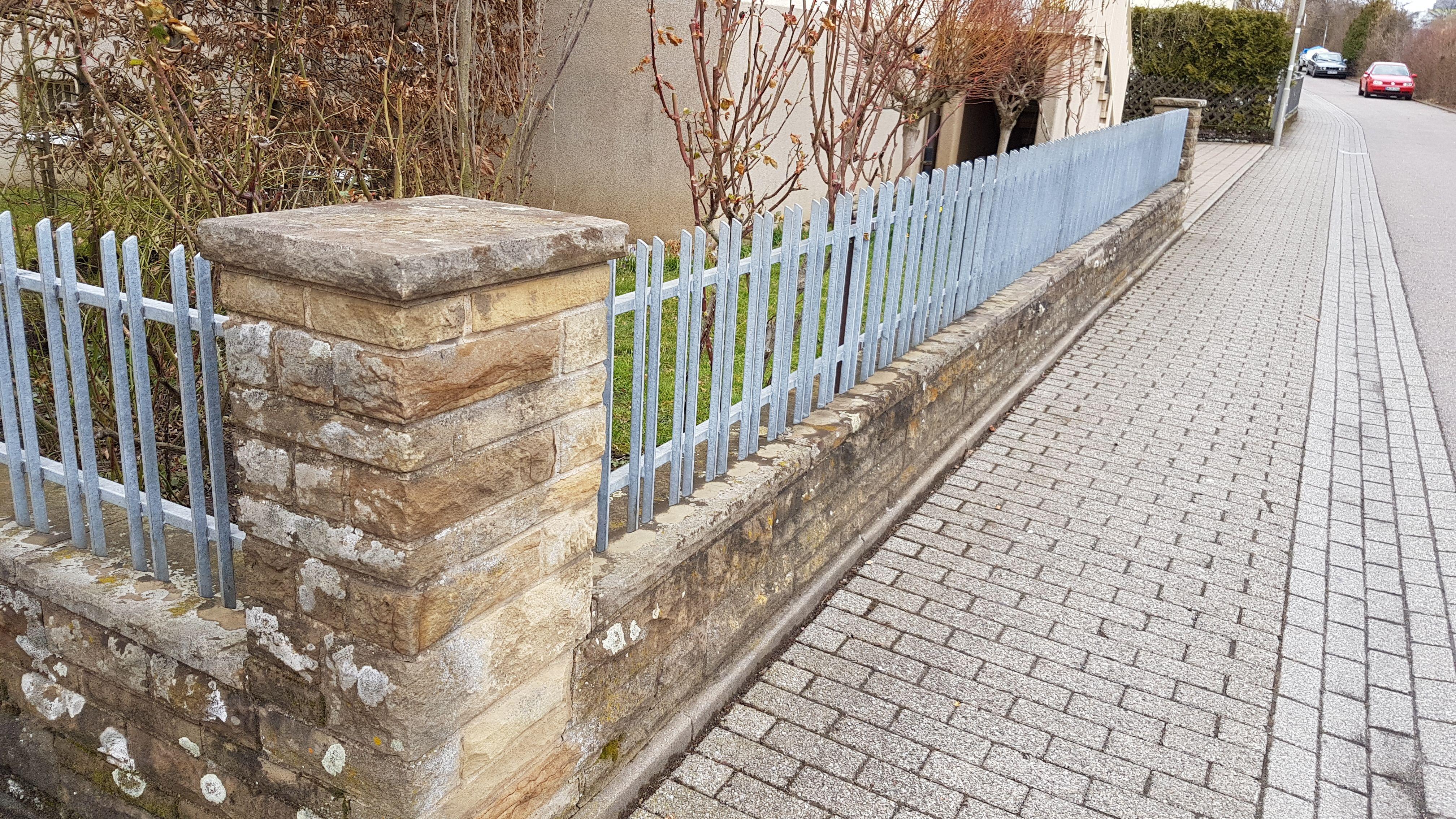 Steinmauer Und Verzinkter Zaun Zaune Und Gartenturen