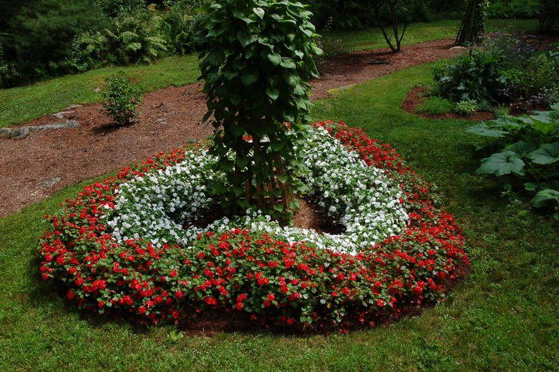 Ledge And Gardens Beautiful Gardens Memorial Garden Flower Bed Borders