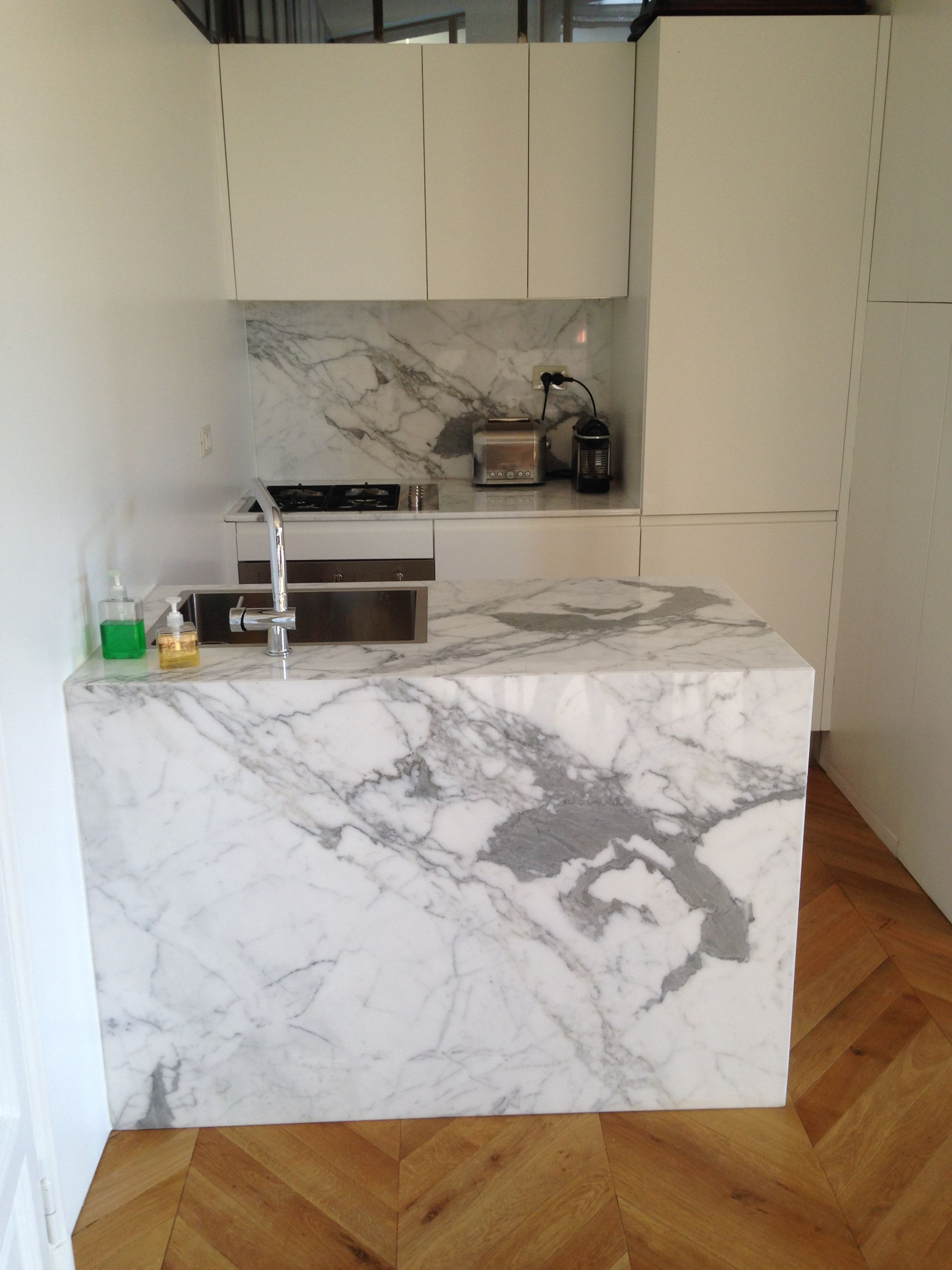 cucina in marmo bianco statuario lucido assemblata per dare vita a un vero e proprio effetto