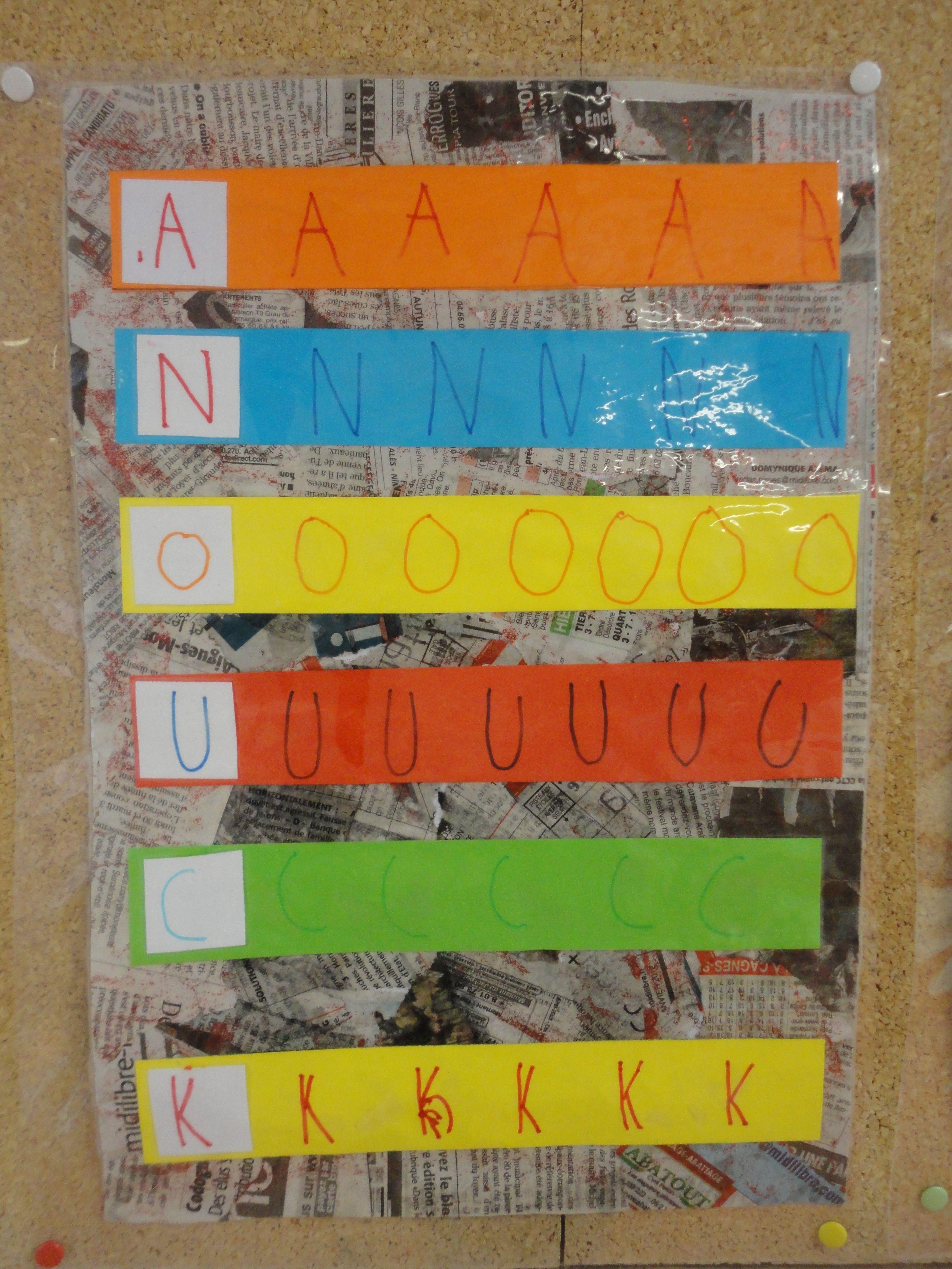 Travail autour du prénom# en maternelle#. Chaque bande de papier de couleur contient la même lettre répétée plusieurs fois en écriture. Les bandes sont ensuite collées les unes en dessous des autres pour former le prénom à la verticale. Sur fond de papier journal déchiré et collé. On pourrait aussi imaginer de coller les bandes sur une feuille de papier aluminium, pour un côté brillant atrrayant !