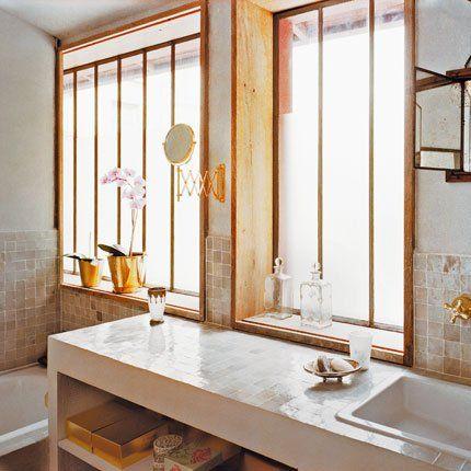 Une salle de bains avec de précieux zelliges pour habiller des