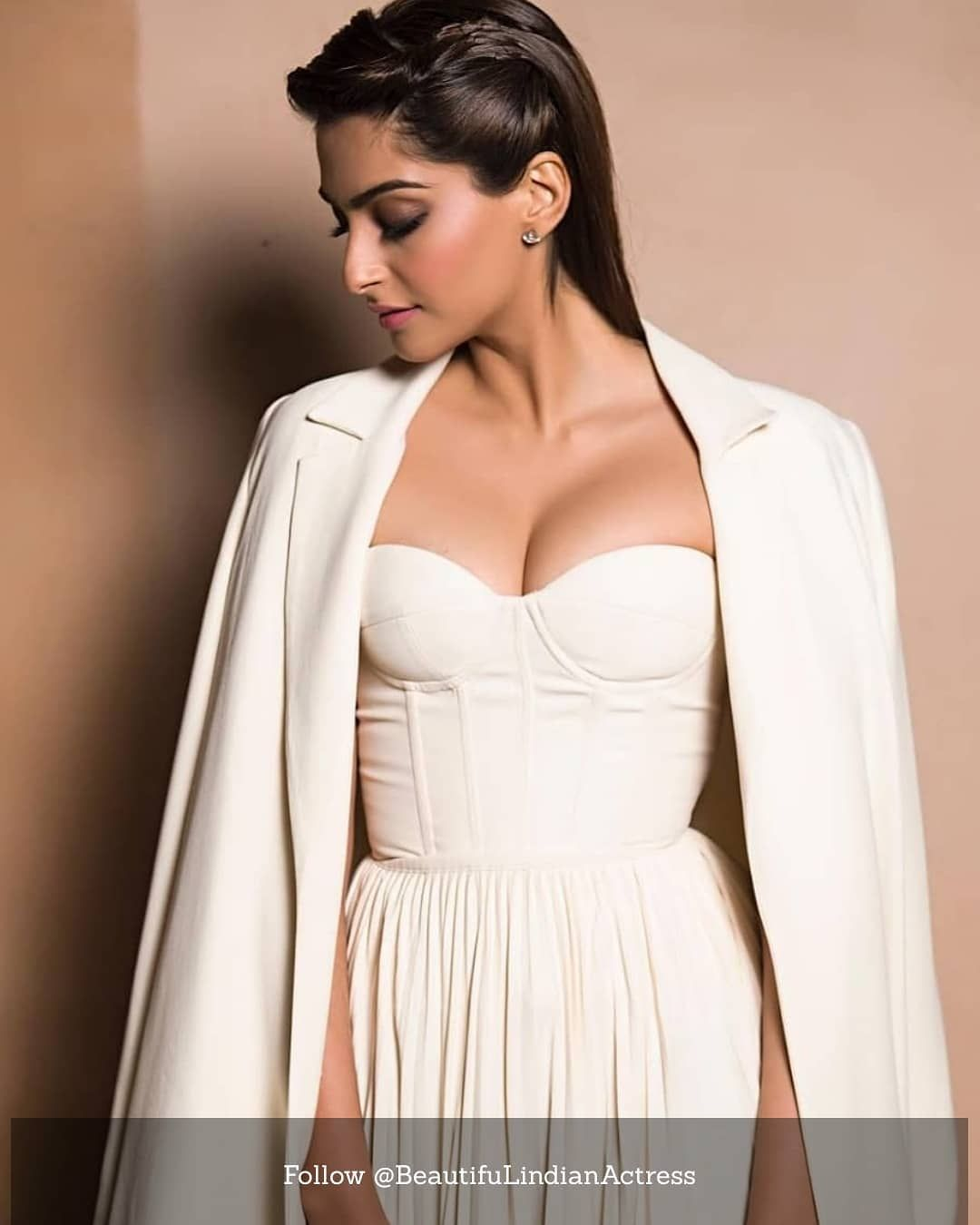 Hottest Pose of Sonam Kapoor in White Dress. . .  followus  actress  love   amirkhan  amyjackson  anushkashetty  anushkasharma… a5a24d002