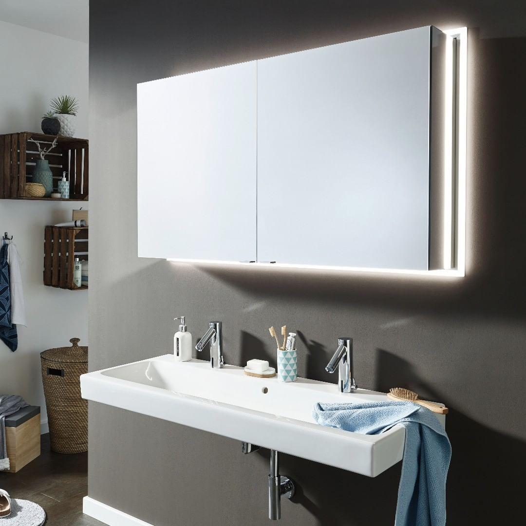 Wer Ist Am Schonsten Im Ganzen Land Dieser Teileingebaute Spiegelschrank Kann Zwar Nicht Sprechen Setzt Sein Geg Spiegelschrank Spiegelschrank Led Badezimmer
