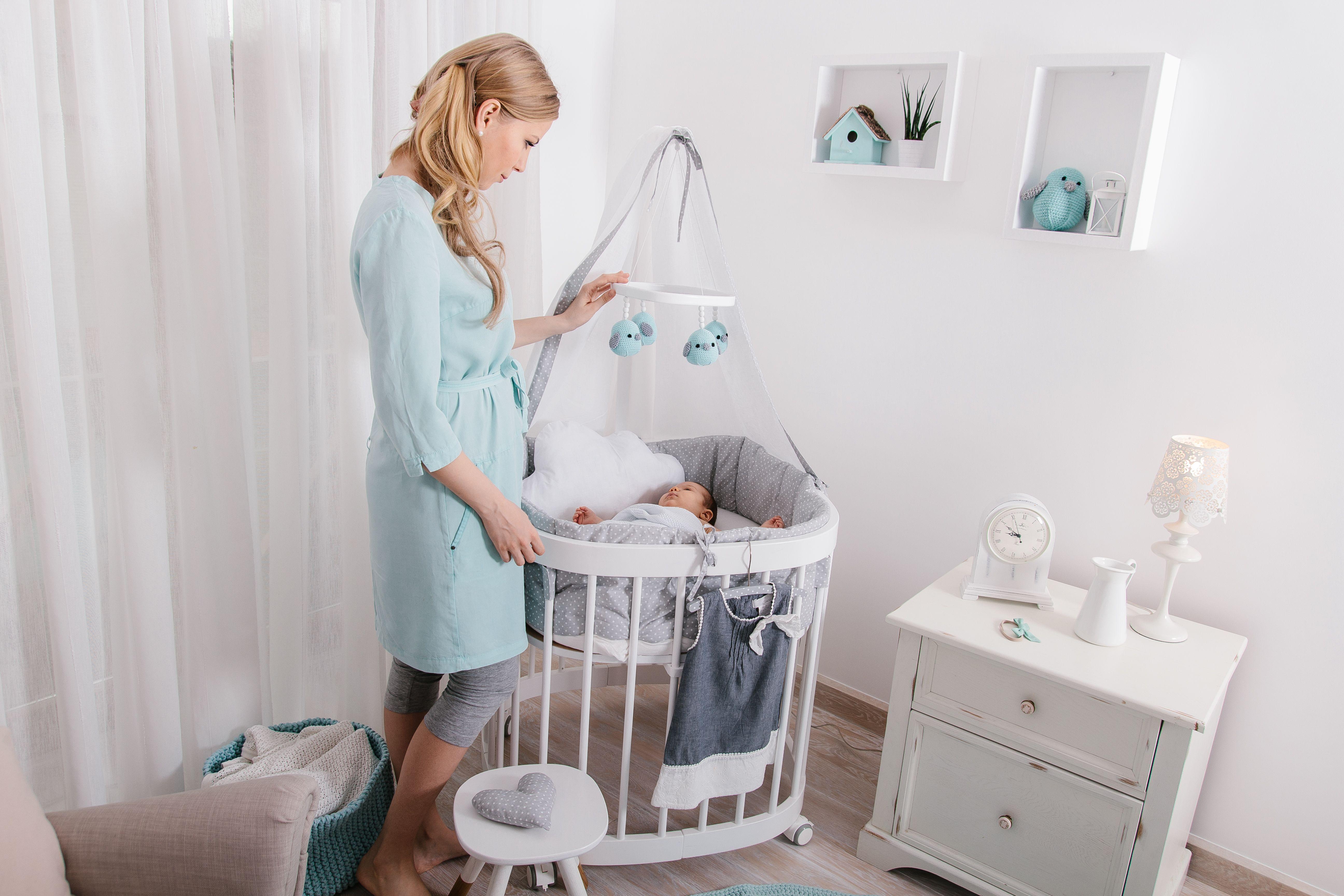 Im Ersten Lebensjahr Schlaft Ein Baby Rund 15 20 H Pro Tag Die Frischgebackenen Eltern Naturlich Weniger Baby Ausstattung Laufgitter Beistellbett