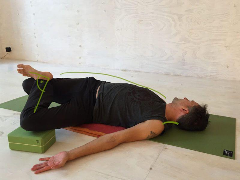 Yoga-Übungen gegen Rückenschmerzen Krokodilshaltung Nadelöhr Übung ...
