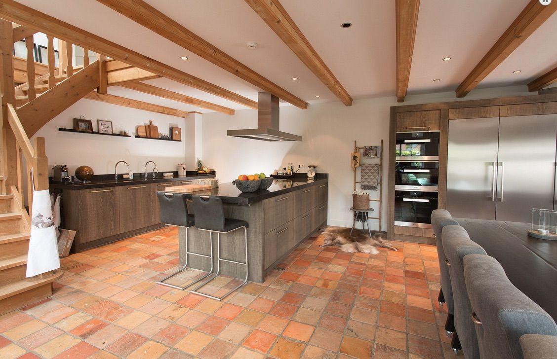 Kookeiland Keuken Houten : Landelijke houten leefkeuken met houten keukeneiland van tieleman