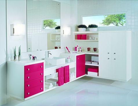 Decoração de Banheiro com Móveis Planejados, Espelho e plantas.