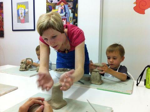 Betreuung der Kinder während des Keramik-Kurs im Kunstmuseum Schrems: www.daskunstmuseum.at