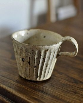 makes me want to throw again. just delicious. give me a pottery by the sea with a hillside and a meadow and a salt kiln. Takashi Yomiya