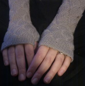Do you have the hands to make these lonely fingerless gloves happy again?  #5KCBWDAY2