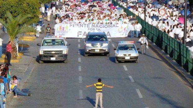 """Niño que """"detuvo"""" marcha contra bodas gay sufre de bullying"""