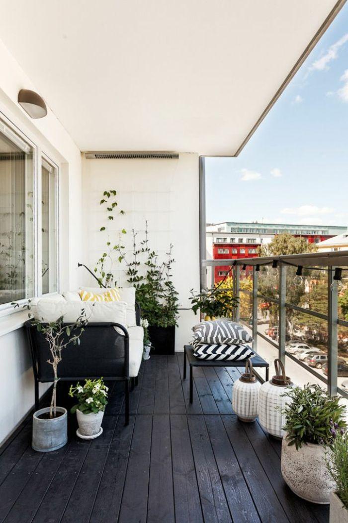 balkongestaltung skandinavischer stil dunkler holzboden pflanzen, Terrassen deko