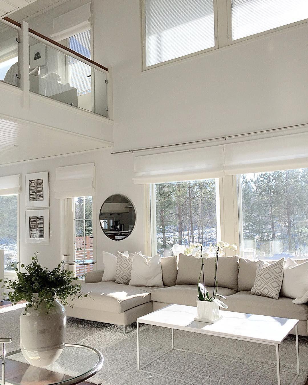 Modernissa valkoisessa sisustuksessa yksityiskohtien muodot tuovat syvyyttä ja monipuolisuutta.