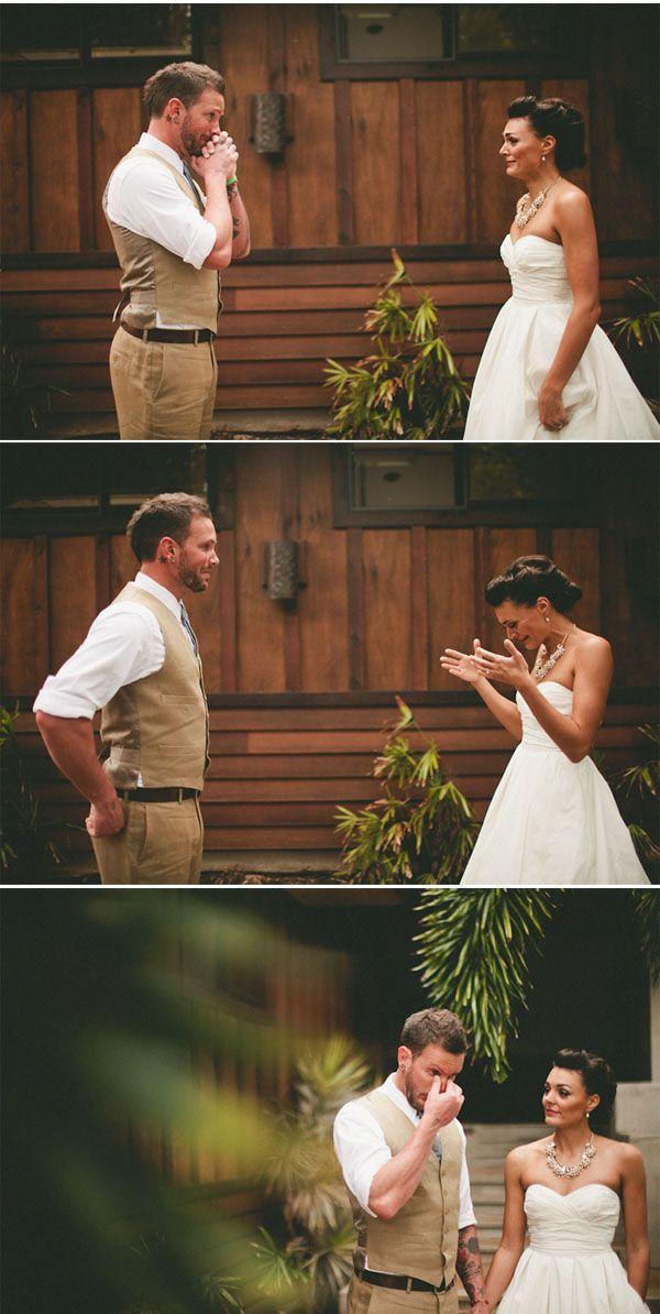 Um dos costumes relacionados a casamento mais forte e enraizado na mente das pessoas ao redor do mundo é o de que o noivo não pode ver em hipótese algumao vestido da noiva antes dela entrar pelo t…