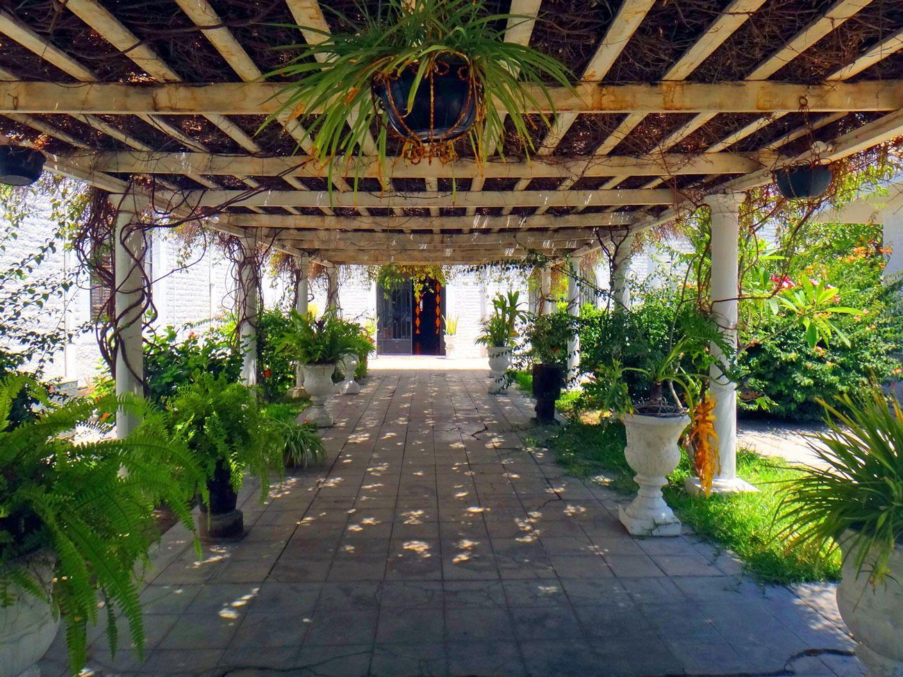 Pergola en el jardín central de Casa de las Perlas sobre el malecón ...