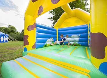 Château gonflable au sein du camping Yelloh ! Village L'Océan Breton  #enfant #clubenfant #activitéenfant #vacance #bretagne #camping   http://www.camping-bretagne-oceanbreton.fr/enfants/activites-enfants.html