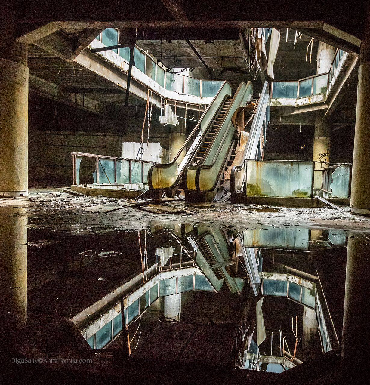 Abandoned Shopping Mall New World With Fish In Bangkok - Photographer captures abandoned worlds time forgot
