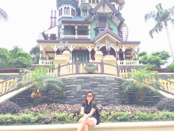 A Happy Birthday  to Me selfie outside the Mystic Manor Museum.
