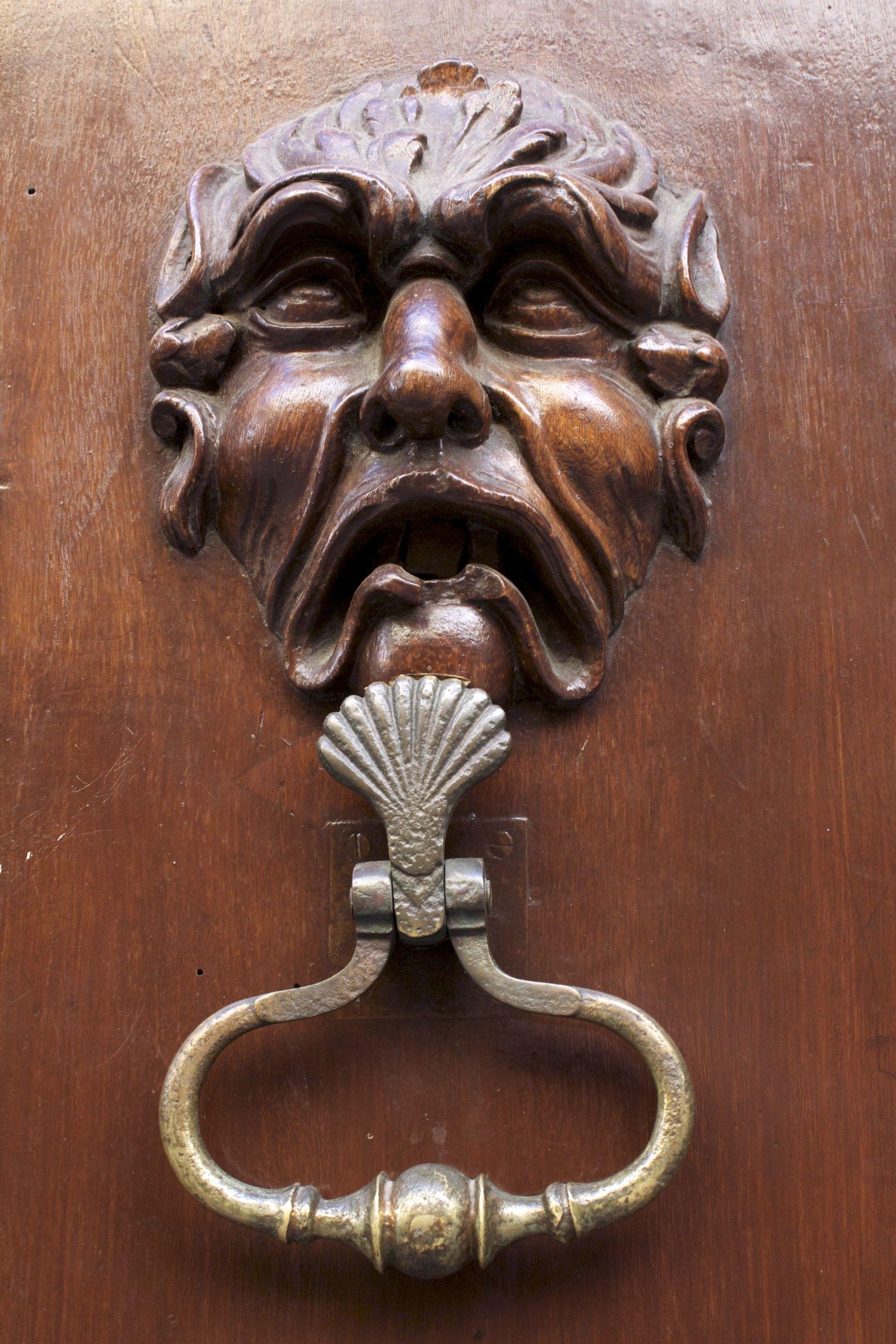 Detail of door in grasse s france heurtoirs de porte