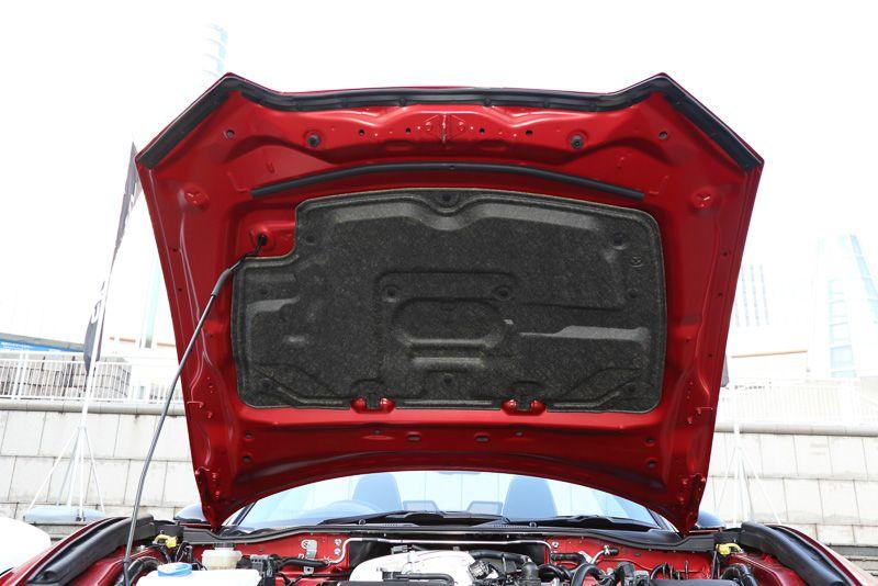 ロードスター「S Leather Package」はボンネットの裏に遮音材を採用している