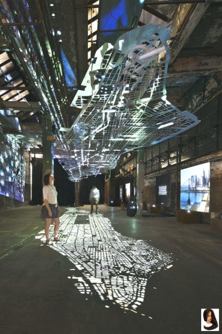 Eine schwimmende Nachbildung der Straßeninfrastruktur Manhattans (Maßstab 1: 1500), ein … – Dress Models