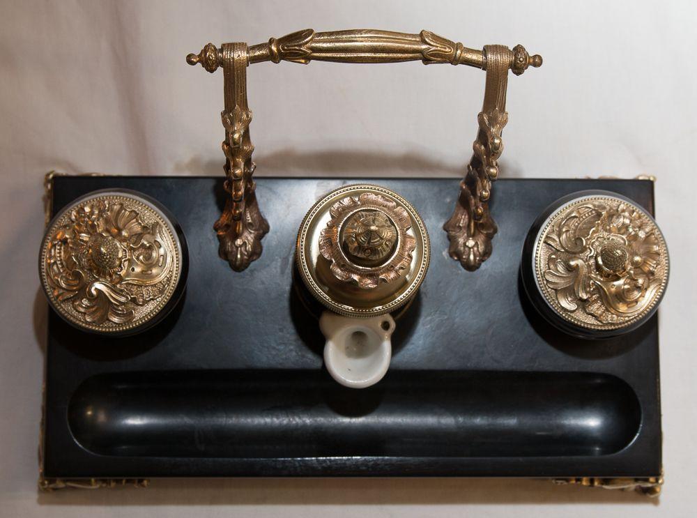Encrier à pompe essuie plume porcelaine bronze et marbre noir