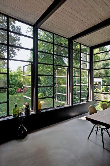 Innenliegende Stahlkonstruktion Und Sichtestrichsichtestrich Anbau