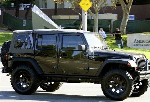 David Beckham's Jeep Wrangler strolling down the streets of Miami ...