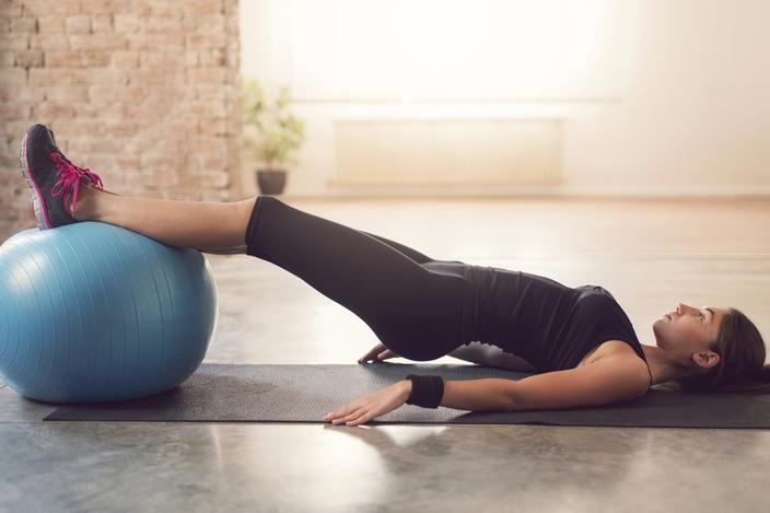 Les exercices à faire avec un ballon de pilates pour muscler abdos, bras et fessiers