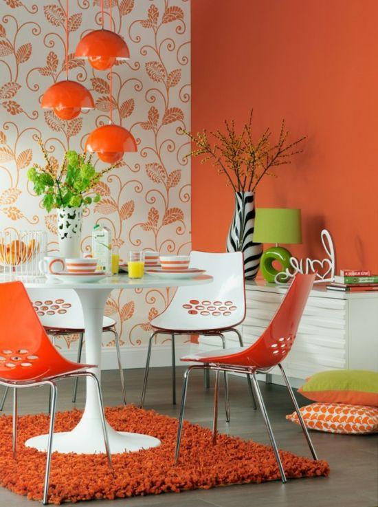 Die Farbe Orange für Ihr Esszimmer - farbe orange plastik stühle hochflor teppich zebra vase