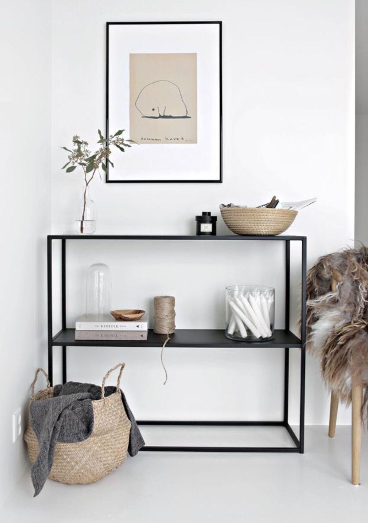 leuk als opvulling voor je woonkamer of slaapkamer een strak meubel tegenover een knusse houten vloer met een vachtje en wat accessoires maakt het plaatje