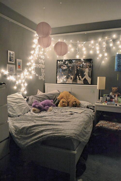 Decoração com pisca - pisca , quadrinhos , ...Ótima inspiração para decoração de quartos pequenos