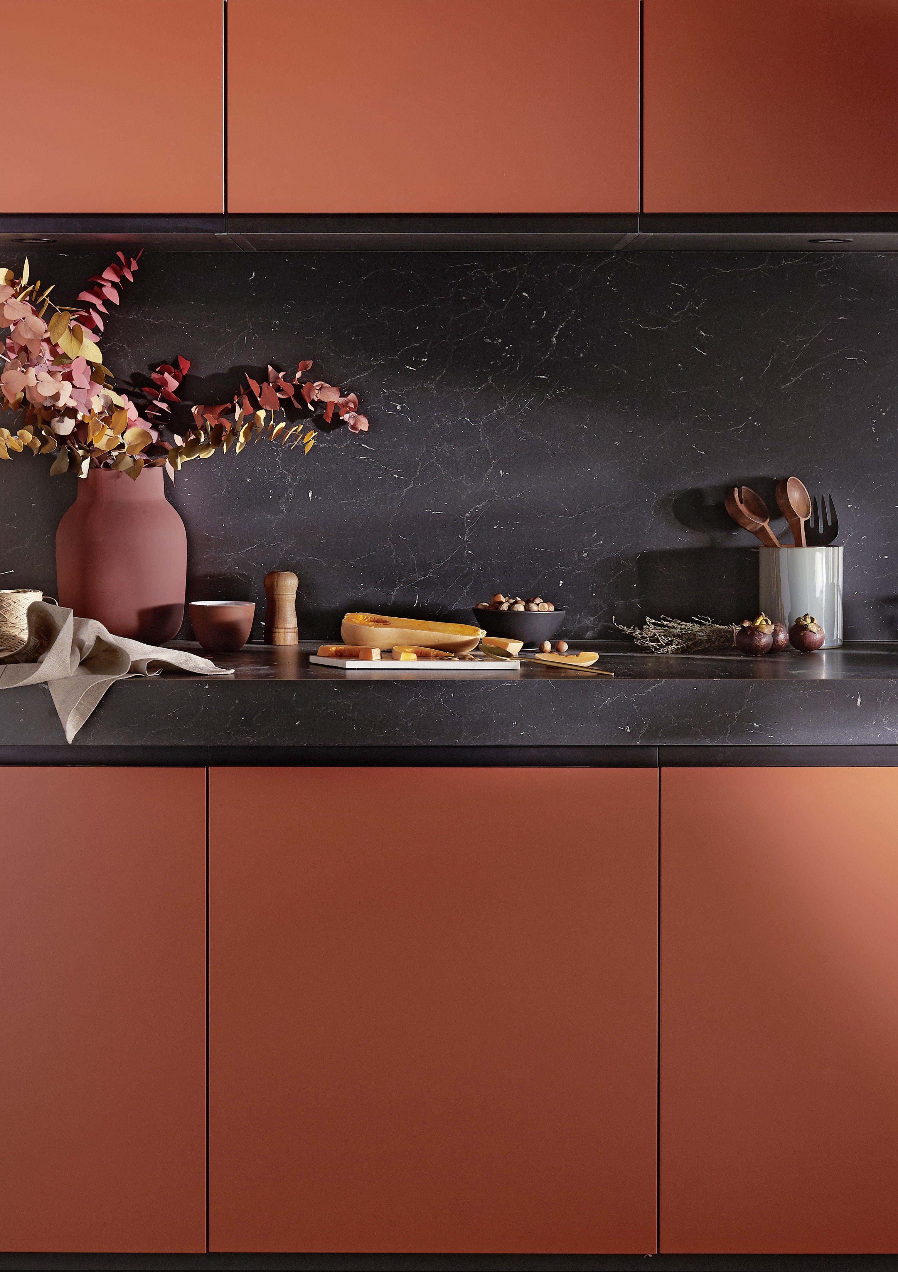 La teinte terracotta de la cuisine chromatique de lapeyre r chauffe l 39 atmosph re interiors - Cuisine et couleurs ...
