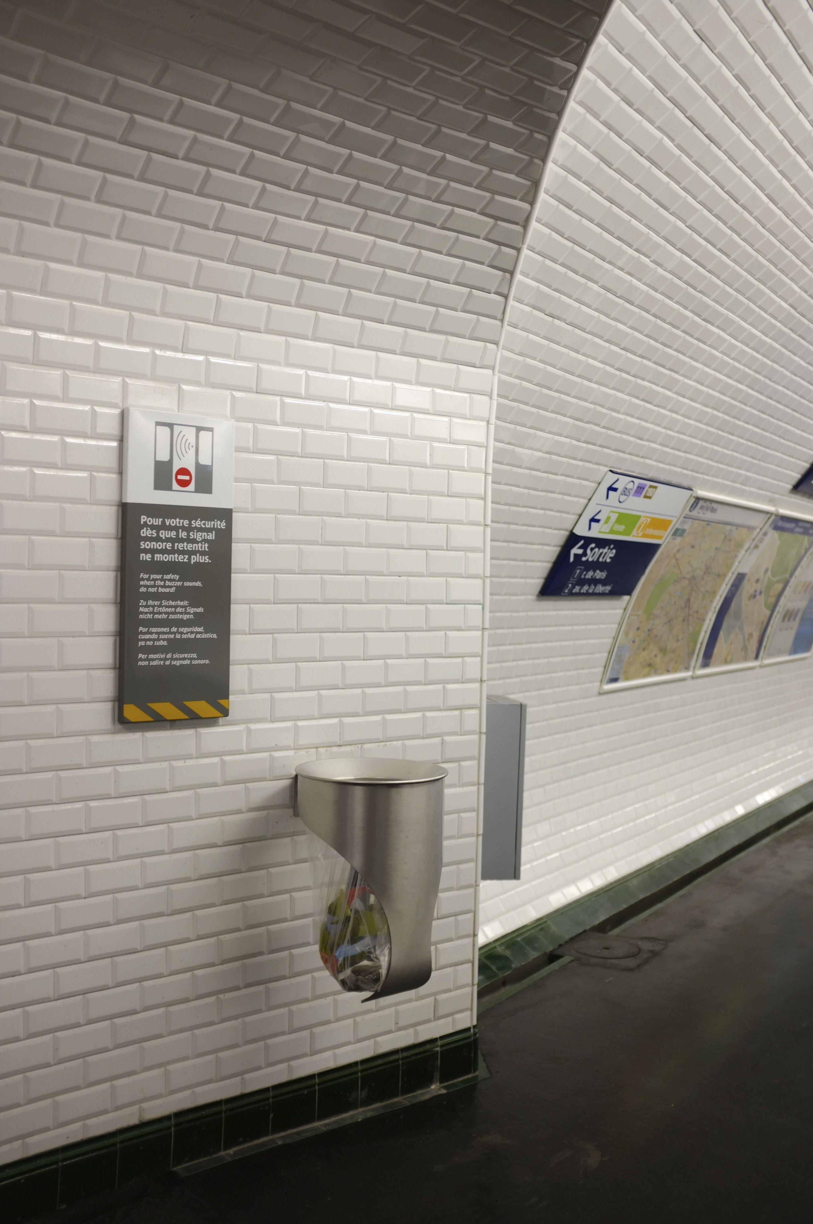 Plaque Metro Parisien Deco premiers exemplaires d'une nouvelle poubelle ratp pour le
