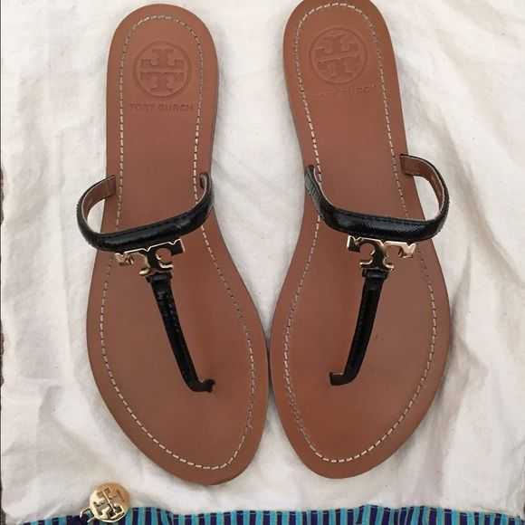 f03f26d420e646 Tory Burch T logo leather thong sandals A gleaming