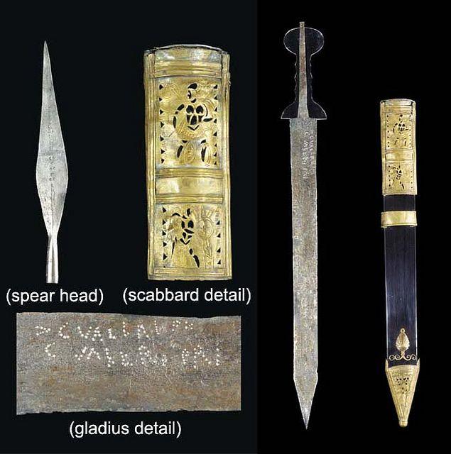 """Gladius tipo """"pompeyano"""" hallado junto a una punta de lanza de hierro - Roma imperial - Siglo I DC"""