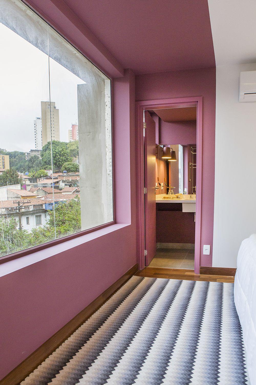 """Há muito tempo não ia até São Paulo para fotografar novas casas para o projeto. Isso mudou quando a """"Idea!Zarvos"""" me ligou. Você a conhece? Sendo uma empresa local da capital paulista, não é comum que pessoas de fora a conheçam, mas certamente se você gosta de arquitetura e está acostumado a andar por São Paulo, você já notou alguns dos seus vários prédios pela cidade. Eu mesmo já tinha notado as grandes janelas e cores de alguns dos seus imóveis na região da Vila Madalena. Aqui em BH as…"""