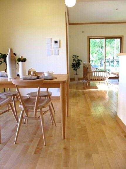メープルの床材にハードメープル ビーチ材の家具でコーディネートした