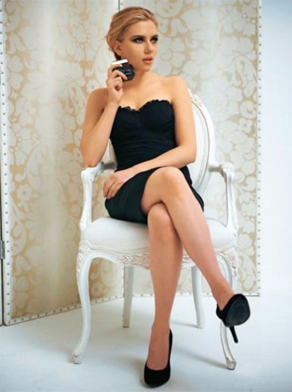picture Scarlett strikes a Marilyn, makes me want redlipstick