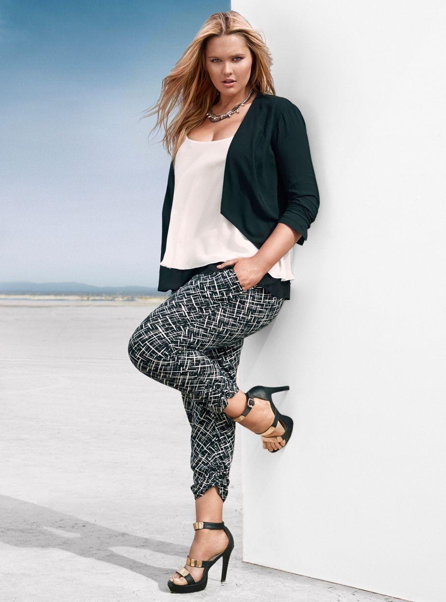 35501cfd6 Pantalón estampado en blanco y negro. Blusa blanca y chaqueta negra.  Originales sandalias bicolor. ----