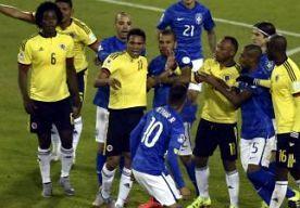 18-Jun-2015 8:57 - BRAZILIË ONDERUIT, ROOD VOOR NEYMAR. Brazilië leed afgelopen nacht een pijnlijke 0-1 nederlaag tegen Colombia, de eerste sinds 1991. Na het laatste fluitsignaal kregen Neymar en Carlos Bacca de rode kaart.