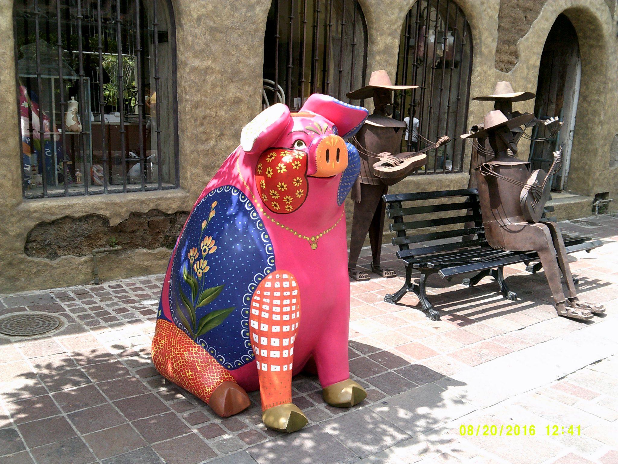 Exhibici n de cerdos de fibra de vidrio y esculturas de for Muebles mago dormitorios juveniles