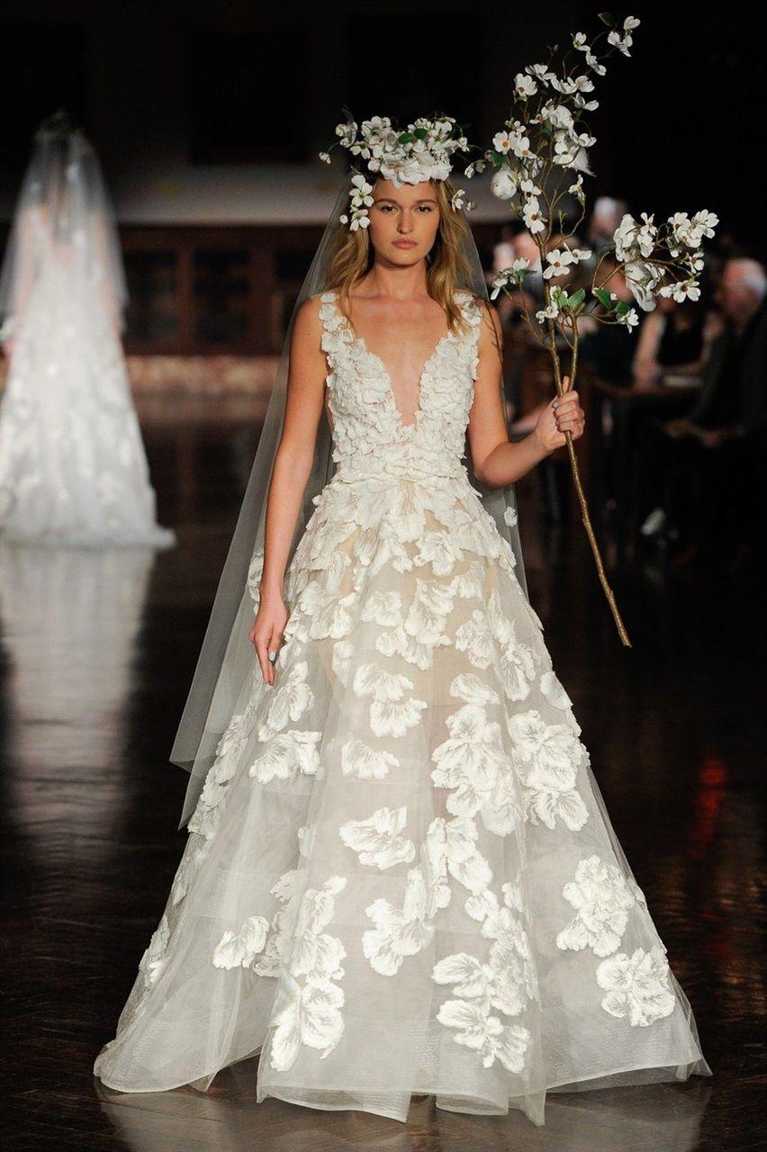 7b030d542136 Abiti da sposa 2019  le tendenze moda dalle bridal week - Vogue.it