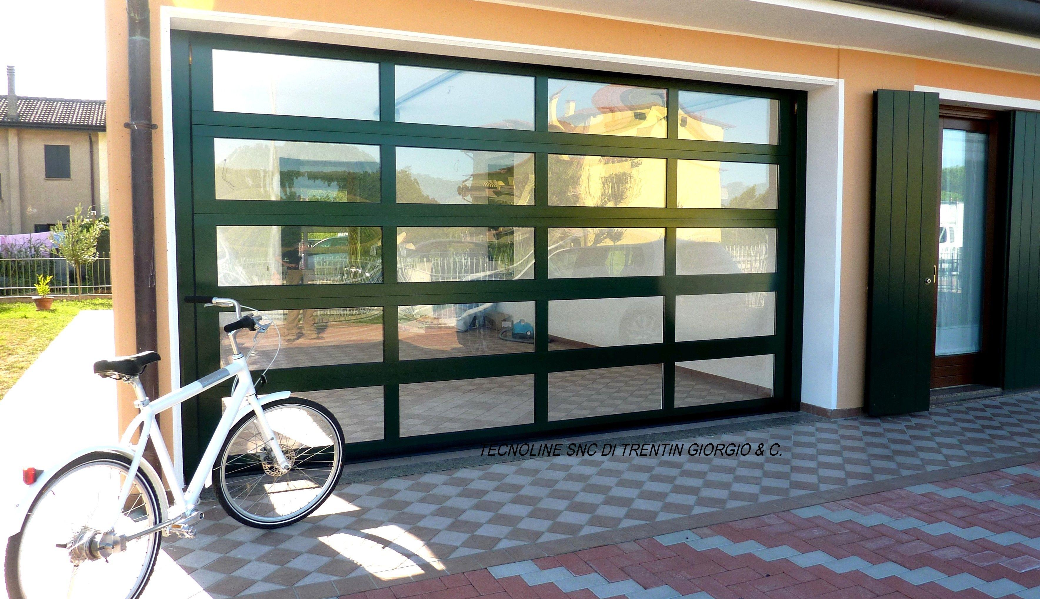 bellissimo portone sezionale vetrato con profili verde ral